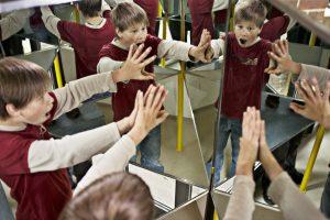 Die Imaginata. Schueler der Jenaplan-Schule in der Imaginata. Spiegelkabinett.